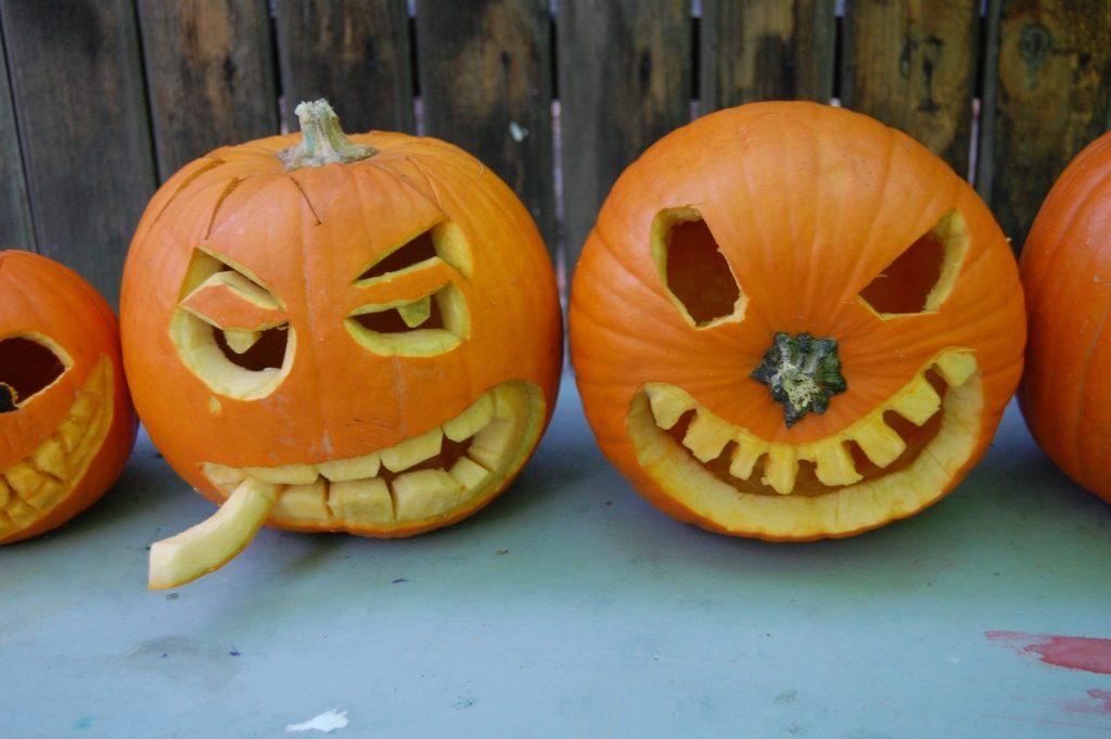 atelier de halloween, dovleci sculptați